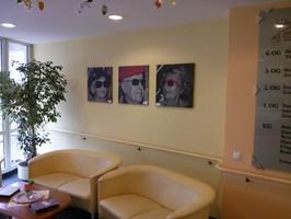 Besichtigung der Galerie, im Foyer der Pro Seniore Europaplatz - Einrichtung